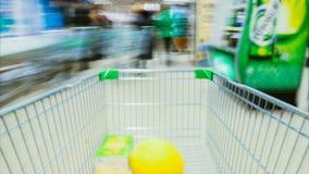 Time Lapse van het Boodschappenwagentje die zich tussen Diverse Doorgangen en Sectie in de Grote Supermarkt bewegen Binnen Divers stock videobeelden