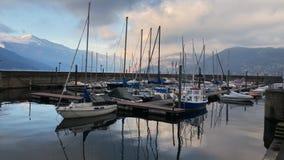 Time Lapse van Nieuwe Haven van Luino op het Meer Maggiore in bewolkte dag, Italië stock footage