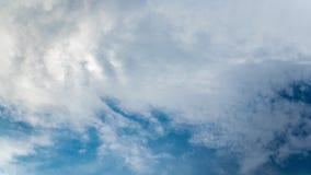 Time Lapse von cloudscape auf dem blauen Himmel im Sommer stock footage