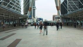 Time lapseverkeer op voetgangersbrug bij spitsuur in stads bedrijfsdistrict stock videobeelden