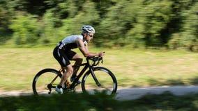 In time proef van de fietser in vage motie stock fotografie