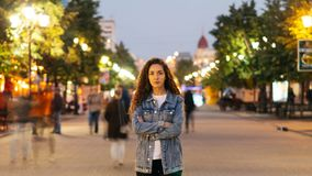 Time-schackningsperiod av den snygga kvinnan som är towny i grov bomullstvillkläder som bara står i gatan bland folkmassor av fol lager videofilmer