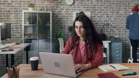 Time-schackningsperiod av den upptagna flickaentreprenören som arbetar med bärbara datorn i vindstilkontor stock video