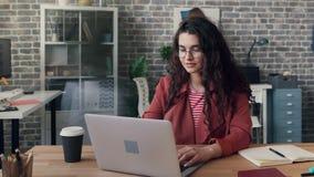 Time-schackningsperiod av den upptagna unga kvinnan som använder datoren i delat skriva för kontorsrum stock video