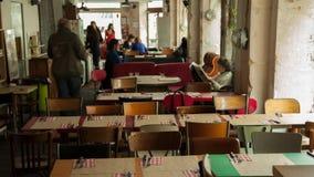 Time-schackningsperiod av en upptagen hipster-restaurang i Paris lager videofilmer
