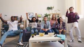 Time-schackningsperiod av lyckliga ungdomarhållande ögonen på sportar som dricker fira seger lager videofilmer