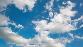 Time-schackningsperiod av moln i en blå himmel arkivfilmer
