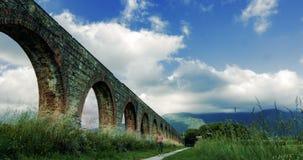 Time-schackningsperiod av moln nära akvedukten och bergsikterna 4K arkivfilmer
