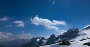 Time-schackningsperiod av moln på bergen i 4K arkivfilmer