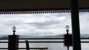 Time-schackningsperiod av molnet och himmel för storm på en sjö arkivfilmer