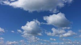 Time-schackningsperiod blå himmel och moln stock video