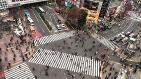 Time-schackningsperiod för flyg- sikt för 4K UHD av den Shibuya zebramarkeringen med fullsatt folk- och biltrafiktransport över g
