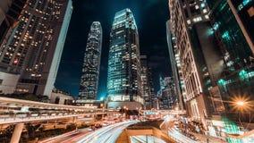 Time-schackningsperiod för 4K UHD cityscape på natten av området för den Hong Kong stadsaffären med trafikljusslingor och kontors lager videofilmer