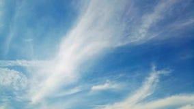 Time-schackningsperiod fluffiga moln stock video