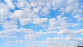 Time-schackningsperiod fluffiga moln arkivfilmer