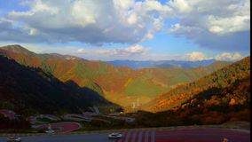 Time-schackningsperiod fotografi, rörande moln ovanför dalen, spolningsvägar med massor av bilar arkivfilmer