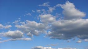 Time-schackningsperiod härliga moln i den höga blåa himlen Klart atmosfärbegrepp stock video