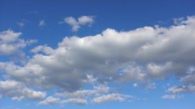 Time-schackningsperiod härliga moln som är höga i den blåa himlen Vita och blåa färger av naturen i himlen lager videofilmer