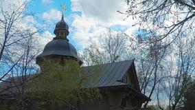 Time-schackningsperiod 4k Tr?kyrkan i den gamla ryska stilen med ett guld- kors i parkerar av staden av Kiev lager videofilmer