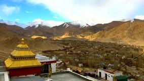 Time-schackningsperiod moln, skuggor och Ladakh stad från Shanti Stupa, Leh Ladakh, Indien stock video
