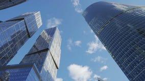 Time-schackningsperiod skyskrapa i staden under att sväva moln lager videofilmer