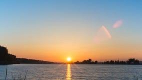 Time-schackningsperiod soluppgång på floden i bygden, videopn begrepp av naturen stock video
