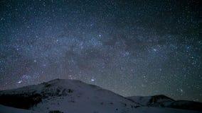 Time-schackningsperiod Vintergatan ovanför de snöig maxima av de Carpathian bergen lager videofilmer