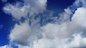 Time-schackningsperiod vita pösiga moln med klar blå himmel (UltraHD 4K) arkivfilmer
