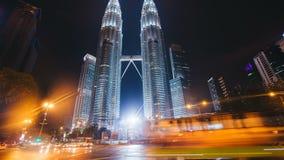 Time-schackningsperioden av skyskrapan petronas står högt i Kuala Lumpur arkivfilmer