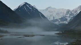 Time-schackningsperioden av soluppgången på Akkem sjön på foten av det Belukha berget i Altaien stock video