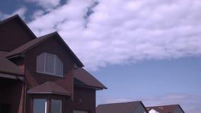 Time-schackningsperioden fördunklar i blå himmel över taket av musklerhuset stock video