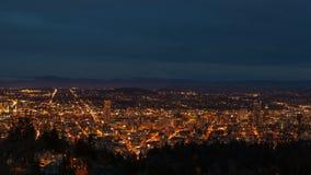Time-schackningsperioden filmen av solnedgången in i blå timme med molnrörelse och trafikljus skuggar över Portland Cityscape i O stock video