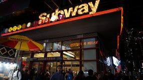 Time Square gångtunnel - nattetidljus Arkivbild