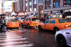 Time Square la nuit sous la pluie Image libre de droits
