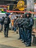 Time Square New York US - 11. Januar 2018 gepanzertes Polizist NYPD stockfotos