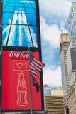 Time Square, NYC Arte de ne?n, carteleras, rascacielos, Coca Cola Logo y bandera americana imagen de archivo libre de regalías