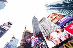Time Square NYC/USA - December 22 2016: Skyskrapor och massor av enorma affischtavlor på skärm i Time Square NYC arkivfoton