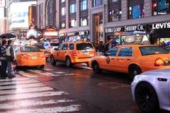 Time Square på natten i regnet Royaltyfri Bild