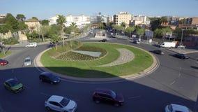 Timealpse delle automobili in una rotonda in un'alta vista video d archivio