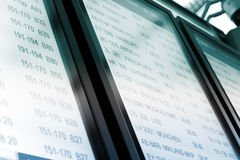 Timeboard en el aeropuerto moderno Foto de archivo libre de regalías