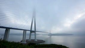 Timelaos der Brücke Russky durch die Straße von stock footage