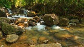 Timelape, красивый водопад Krathing в национальном парке, Таиланде акции видеоматериалы