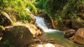 Timelape, красивый водопад Krathing в национальном парке, Таиланде сток-видео