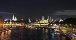 Timelaps、水和汽车运输的在克里姆林宫和莫斯科河附近的运动在河的和堤防从 股票录像