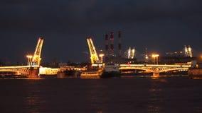 Timelaps Τα πανιά σκαφών μέσω drawbridge τη νύχτα Άγιος-Πετρούπολη απόθεμα βίντεο