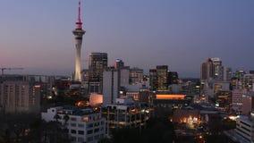 Timelaps горизонта Окленда Новой Зеландии на времени захода солнца складывает сток-видео