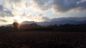 Timelaps одно утро прежде чем солнце поднимает от за горы акции видеоматериалы