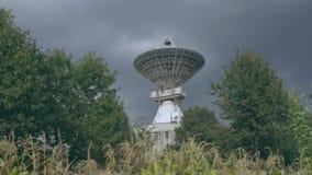 Timelaps av den satellit- samlingen på mitten av utrymmekommunikationen till och med cornfield lager videofilmer