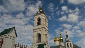 Timelaps av moln i blå himmel över belltower med klockor arkivfilmer