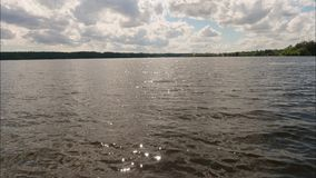 Timelaps av vatten av behållaren och ljus molnig himmel på solig sommardag lager videofilmer
